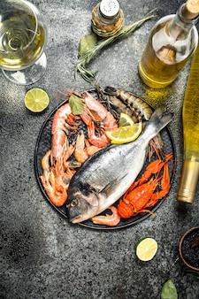 Nieprzetworzone owoce morza, dorado, krewetki z białym winem i przyprawami.