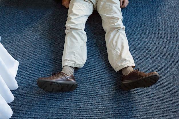 Nieprzytomny mężczyzna leżący na dywanie