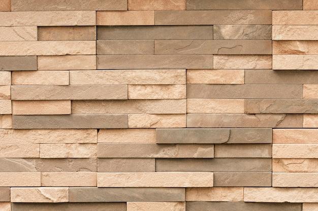 Nierówna płytka z piaskowca na powierzchni ściany