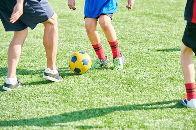 Nierozpoznani chłopcy grający w piłkę nożną