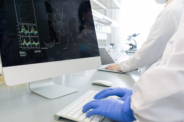Nierozpoznani naukowcy pracujący na komputerach
