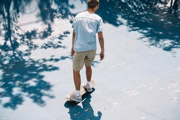 Nierozpoznany mężczyzna jedzie na łyżwach