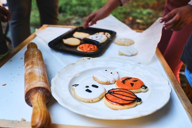 Nierozpoznawalne dzieci robią domowe ciasteczka na halloween