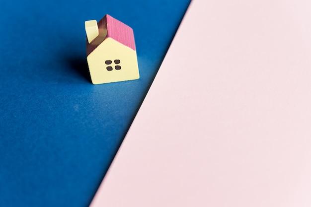 Nieruchomość, model domu na zewnątrz