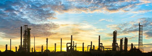 Nieruchomość przemysłowa, fabryka rafinerii i zbiornik magazynowy ropy naftowej, obszar zakładu petrochemicznego z upiększeniem nieba o zachodzie słońca
