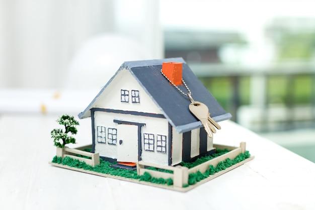 Nieruchomość z modelem domu i kluczami