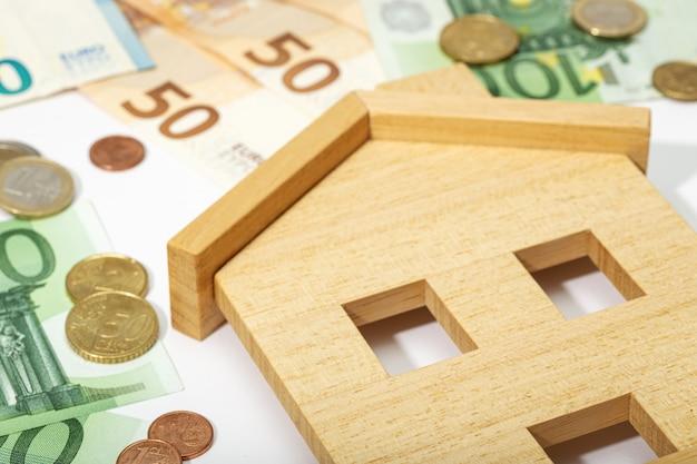 Nieruchomości w tle. kup, sprzedaj lub wynajmij koncepcję domu. ceny domów