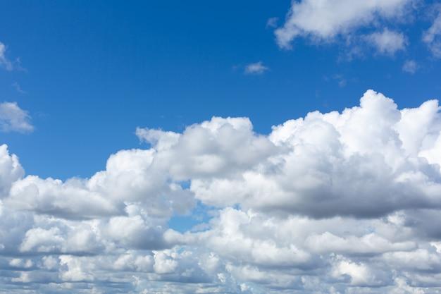 Niesamowicie piękne puszyste chmury w słoneczny wiosenny dzień.