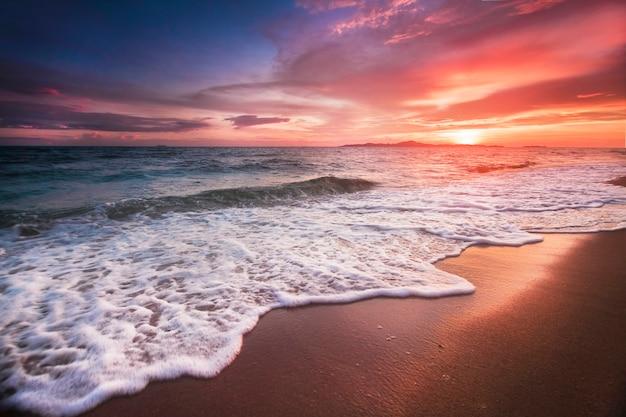 Niesamowicie piękny zachód słońca na plaży w tajlandii