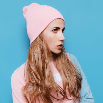 Niesamowita dama jesienno-wiosenna stylizacja. czapka w stylu hipster w stylu waniliowym girl swag beanie. stylowa różowa wibracja
