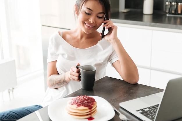 Niesamowita młoda dama rozmawia przez telefon