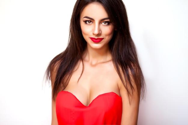 Niesamowita młoda kobieta czerwona sukienka i makijaż