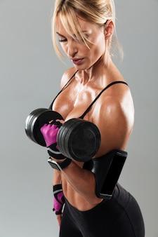 Niesamowita młoda kobieta sportowa wykonuje ćwiczenia sportowe