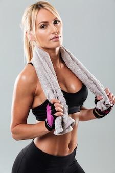Niesamowita młoda kobieta sportowa