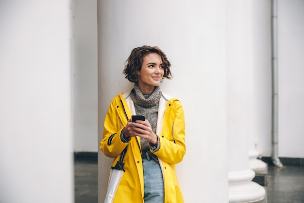 Niesamowita młoda kobieta ubrana w płaszcz przeciwdeszczowy