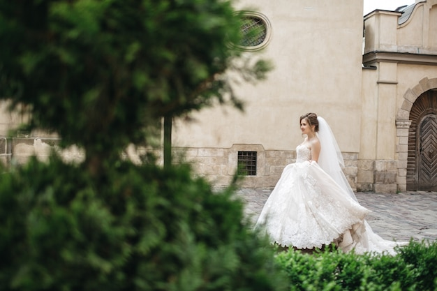 Niesamowita panna młoda cieszy się w dniu ślubu