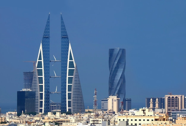 Niesamowita panorama manamy z kultowym world trade center w bahrajnie lub budynkiem bwtc i united tower, manama city, bahrajn