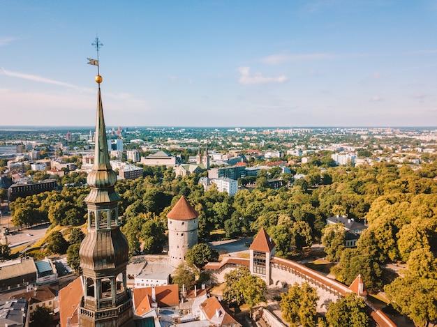 Niesamowita panoramę z lotu ptaka placu ratuszowego w tallinie ze starym rynkiem, estonia