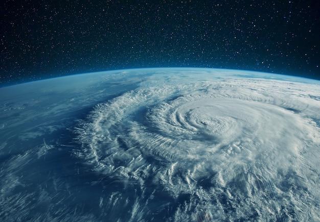 Niesamowita piękna niebieska planeta ziemia z widokiem na chmury z kosmosu. kosmiczna tapeta