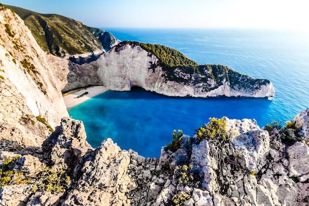 Niesamowita plaża navagio z wrakiem statku na wyspie zakynthos. morze jońskie, grecja.