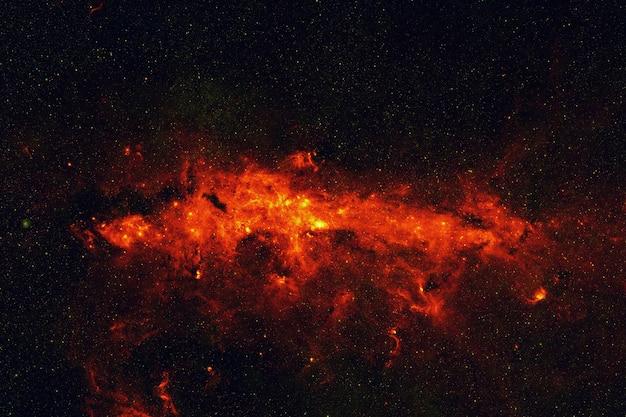 Niesamowita przestrzeń z gwiazdami, galaktykami, konstelacjami i czerwonymi mgławicami. głęboka przestrzeń z eksplozją