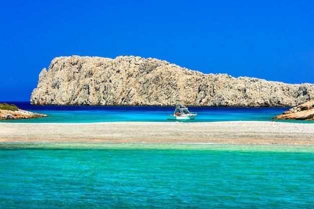 Niesamowita przyroda i turkusowe morze grecji. mała wyspa konoupa w pobliżu astipalea