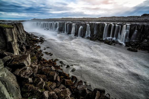 Niesamowita sceneria wodospadu selfoss na islandii.