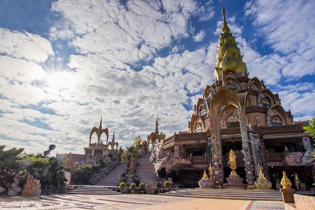 Niesamowita świątynia wat phra that pha son kaew, khao kho, phetchabun, tajlandia, szczyt sztuki kultury w punkcie orientacyjnym w tajlandii