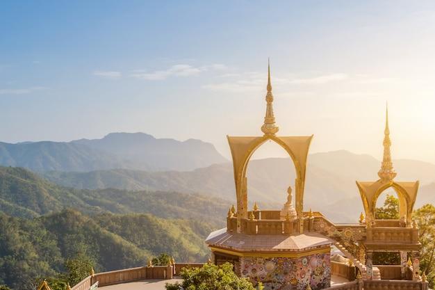 Niesamowita świątynia wat phra that pha son kaew, khao kho, phetchabun, tajlandia, widok z góry na kulturę sztuki w punkcie orientacyjnym w tajlandii