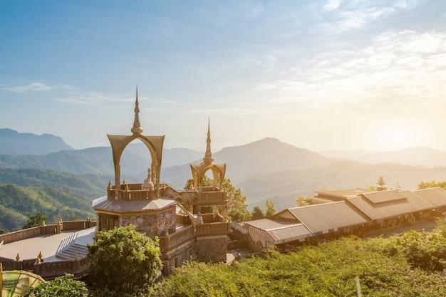 Niesamowita świątynia wat phra that pha son kaew, khao kho, phetchabun, tajlandia