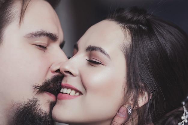 Niesamowita uśmiechnięta para ślubna. close-up portret ładna panna młoda i stylowy pana młodego.