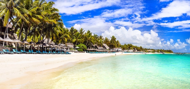 Niesamowite, długie, piaszczyste plaże wyspy mauritius. tropikalna sceneria wakacji