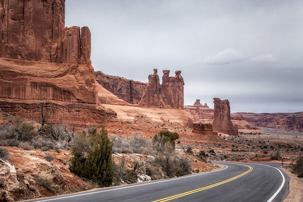 Niesamowite formacje skalne w monument valley