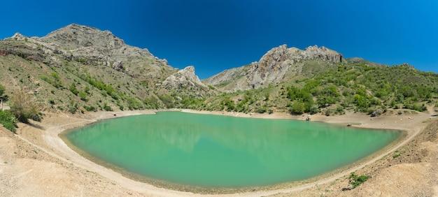 Niesamowite górskie jezioro panagia, wieś zelenogorye, krym.