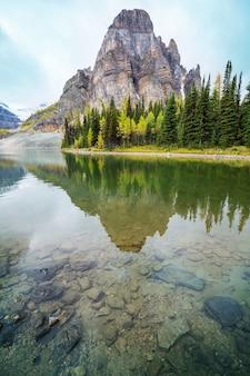 Niesamowite górskie krajobrazy w parku prowincjonalnym mount assiniboine, kolumbia brytyjska, kanada sezon jesienny