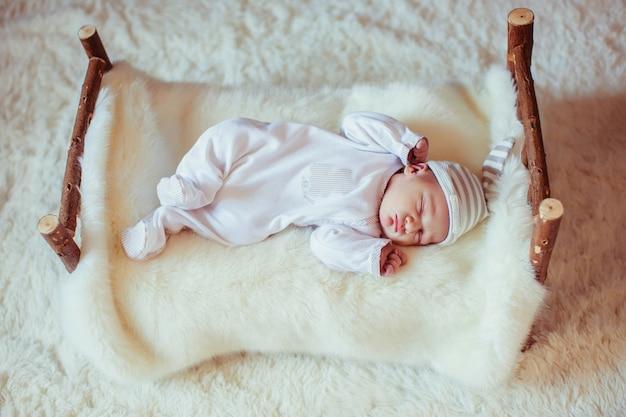 Niesamowite i słodkie noworodki śpi na łóżku