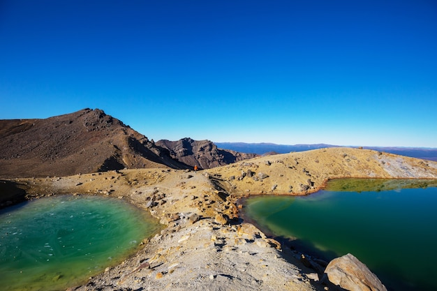 Niesamowite jeziora szmaragdowe na torze tongariro crossing, park narodowy tongariro, nowa zelandia. koncepcja wanderlust