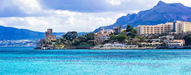 Niesamowite malownicze małe nadmorskie miasteczko santa flavia ze starym zamkiem. sycylia, włochy