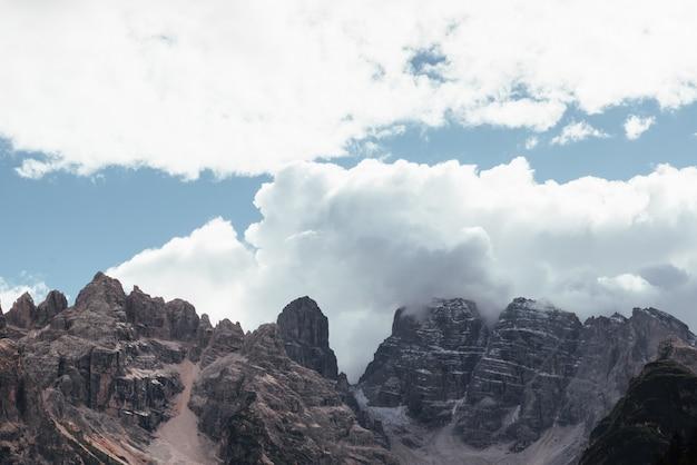 Niesamowite malownicze wyżyny dotykające chmur. krajobraz wysokich gór