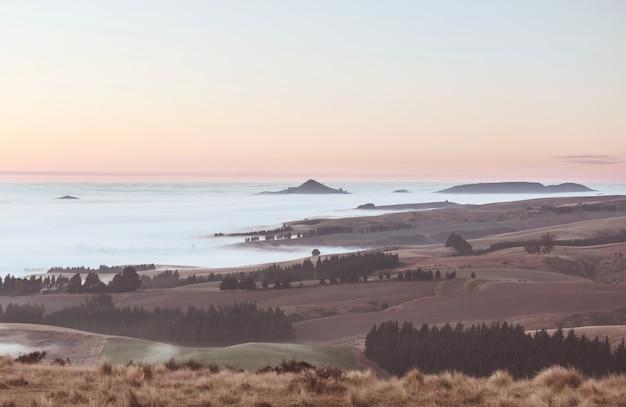 Niesamowite Mgliste Krajobrazy Wiejskie O Poranku. Nowa Zelandia Piękna Przyroda Premium Zdjęcia