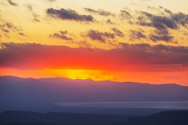 Niesamowite naturalne krajobrazy cypru północnego o wschodzie słońca. piękne tło podróży.