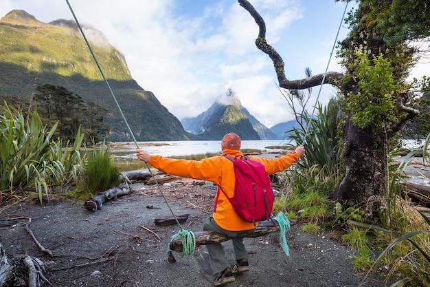 Niesamowite naturalne krajobrazy w milford sound, fiordland national park w nowej zelandii