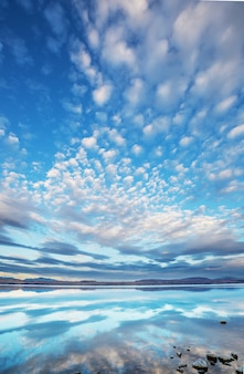 Niesamowite naturalne krajobrazy w nowej zelandii. góry jezioro o zachodzie słońca.