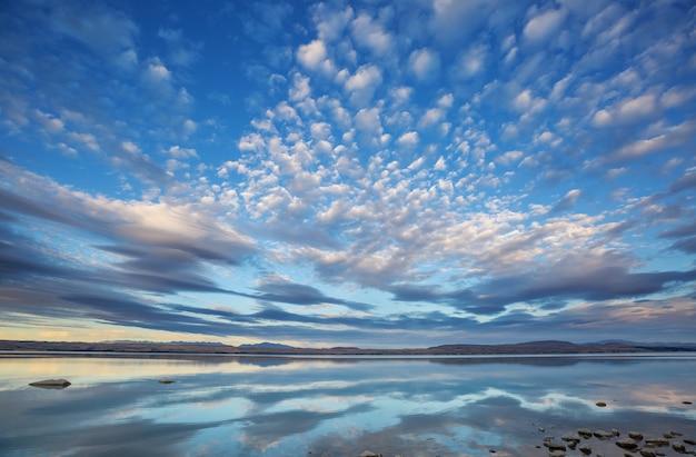 Niesamowite naturalne krajobrazy w nowej zelandii. jezioro w górach.
