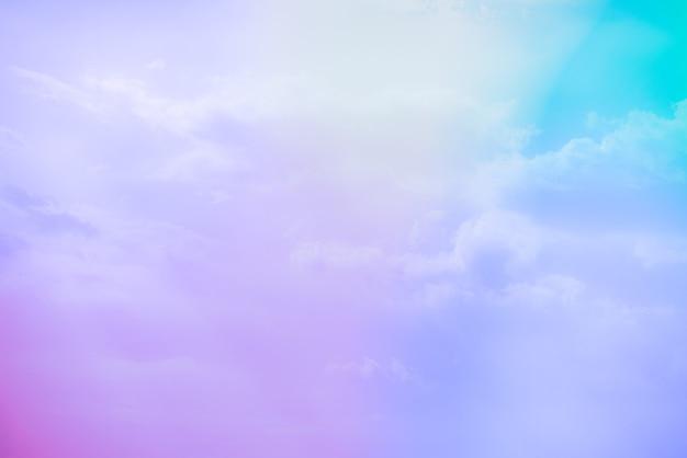 Niesamowite, piękne artystyczne niebo z kolorowymi chmurami
