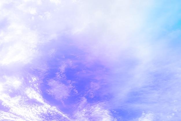 Niesamowite piękne niebo artystyczne z kolorowymi chmurami