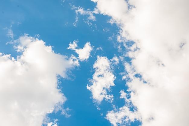 Niesamowite piękne niebo z chmurami