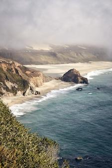 Niesamowite pionowe ujęcie little sur river beach, big sur, kalifornia, usa