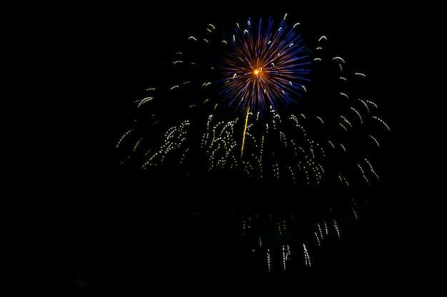 Niesamowite pojedyncze świąteczne fajerwerki w ciemności.