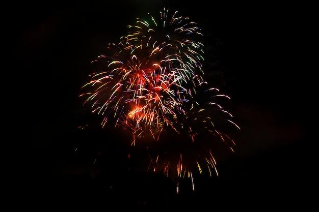 Niesamowite pojedyncze świąteczne fajerwerki w ciemności
